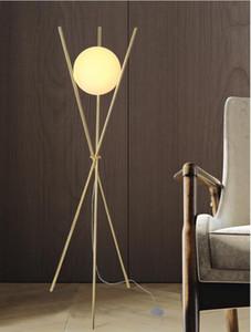 lámpara de pie Trident neta salón rojo del norte de Europa después del estudio del dormitorio de lujo moderno oro luz de lectura vertical, lámpara de pie