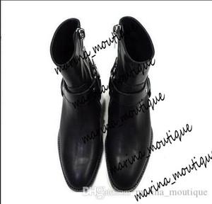 Tostado / Negro Suede Cadenas arnés de cuero Botas Hombre Stacked Heel Boots Anke lateral con cremallera hombres Moda Chelse Botas Hombre Zapatos