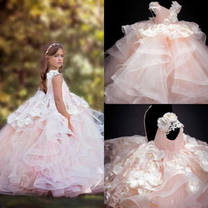 2020 Lovely Baby Flower Girls Dresses Faldas con gradas de encaje 3D Floral Apliques Girl Pageant Dress Cuello en V Hasta el suelo Vestidos formales para niñas