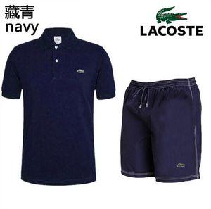 Nuovi abiti sportivi da uomo per l'estate 2019. Un completo da uomo composto da una maglietta con colletto a maniche corte, pantaloni da equitazione