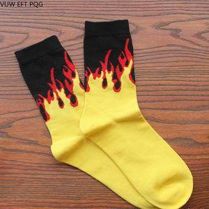 Yellow Flame Red Crew Socks Lifelike Chaussettes incendie Hommes Hip Hop Design Rue classique de planche à roulettes longues en coton Chaussettes unisexe