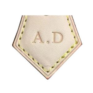 Старый сапожник подгоняет кожу с горячим штемпелем известная сумка бренда персонализированная таможня добавляет штемпелевать письма скоростной горячий бумажника
