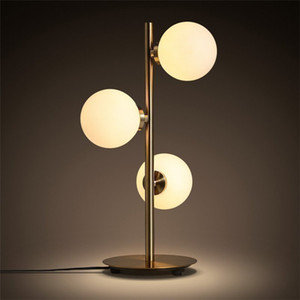 3 Chefes Nordic minimalista Art Molecular Lamp Table Romantic creativa dourada do metal Bola de vidro da cabeceira Cafe estudo liderado Lighting110V `260V