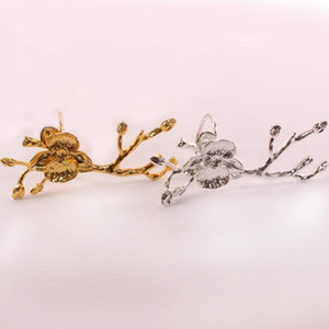 4pcs / lot SHSEJA Exquisite ameixa guardanapo ramos anel guardanapos fivela hotel de luxo mesa de decoração ocidental círculo guardanapo