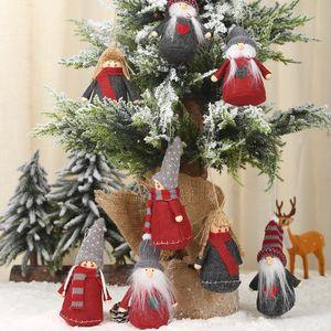 زوج من المسنين الأطفال الأحمر رمادي نسيج شقة أسفل قلادة شجرة عيد الميلاد قلادة تسوق سوبر ماركت المشهد تخطيط