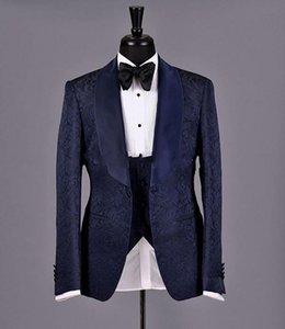 Смокинги для жениха с тиснением Темно-синие мужские свадебные смокинги Атласная шаль Отворот с боковым вентиляционным воротником Мужская куртка Блейзер Костюм 3 шт (Куртка + брюки + жилет + галстук) 66