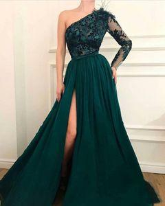 2020 Элегантный темно-зеленый с длинным рукавом Пром платья с пером Кружева Аппликации Side Split Sweep Поезд Официальные вечерние платья партии случаю