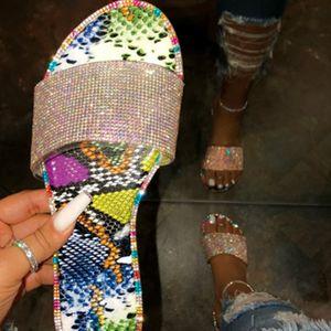 Женщины Нью-флип-флоп горный хрусталь конфеты цветные тапочки моды Дикий пляж Чистка Алмазные Плоское дно Открытый Дикие сандалии