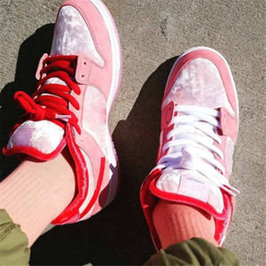 2020 x Strangelove SB Dunks bas Saint Valentin Melon lumineux Gym Rouge-Med Soft Pink Filles Desinger Sneaker Strange Love baskets rose