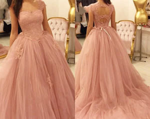 2019 New Blush Pink Quinceanera Ball Gown Abiti Tulle Cap maniche corte in pizzo Appliques Sweet 16 Dress Sweep Train Party Prom Abiti da sera