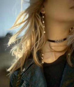Haut de gamme rétro en forme de coeur en cristal lettres Pendentif Sautoirs Collier avec timbre chaîne Ruban noir lettres Collier Femme Mode Bijoux