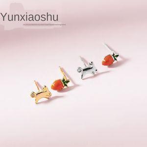 Yun Xiaoshu'nun S925 gümüş stil tatlı asimetrik Havuç ve küpe kadın sevimli küçük tavşan havuç tutkal damla küpe