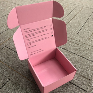 مخصص العلامة التجارية شعار الطباعة الوردي مخصص المموج مربع الشحن الوردي شعار اللون طباعة قفل البريد حزمة البريد المربع