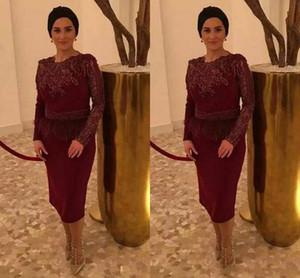 Stilvolle Burgund Kleider für die Brautmutter Langarm Spitze Applique Knielang Kurze Mutter Abendkleider Mit Feder 2019