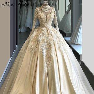 Luz Champagne manga comprida de cetim vestidos de noiva alta Neck A Linha Feather Applique Pérola Backless vestidos de noiva Vestito da Sposa