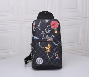 La última mochila está adornada con imágenes de los lugares de interés, animales y elementos retro de viaje en el mapa del mundo impreso abajo1