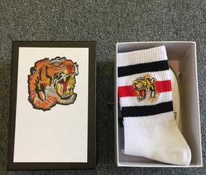 4 accoppiamenti / scatola di lusso del cotone calzini di sport degli uomini della tigre di picchiettio Designer lavorato a maglia famoso stile Mens calzini divertenti bianco nero grigio inverno Socks Mens