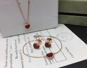 فخمة الحلو الحمراء مصمم العلامة التجارية النحاس مع 18k الذهب مطلي القلب الأحمر قلادة سوار وأقراط مجموعة مجوهرات للنساء