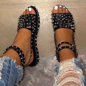 Sandals quente tamanho grande senhoras Verão para as mulheres 2020 Sexy preto Rivet Plano Punk Praia Shoes Cunhas Gladiator Sandale Femme