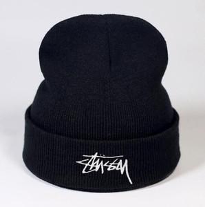 Trendy Hüte Winter-Strick-Pelz-Poms Beanie Label-Luxus-Kabel Slouchy Caps Schädel Mode Freizeit Beanie im Freien Hut B224