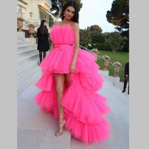 2020 Fuchsia hohe niedrige Abschlussball-Kleid-trägerlose abgestufte Cocktailparty-Kleid mit Schärpe abgestufter Kuchen-Röcke Promi-Kleider Abendkleider