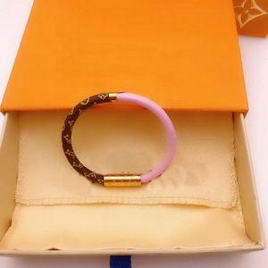 Fashion Style Lady Prints Blumen V Brief Doppel Farbe Leder-Armband-Armband mit Gold 18K Gravierte Vier Blatt Blume Zubehör