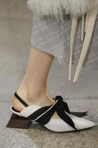Runway Fashion Fur Bow Pumps Diseñador de lujo Mujeres Strange Square Heels Zapatos casuales Sandalias con cordones Mulas Chaussures