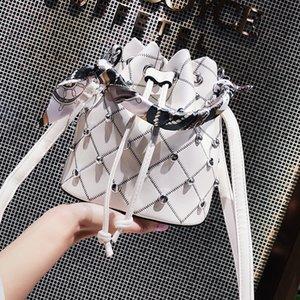 Summer Bag Girl 2019 Nuevo Chao Rivet Hand Bill of Lading Bandolera Versión coreana Baitao Oblique Baushen Water Barrel Bag