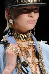 모스 편지 패션 브랜드 여성 골드 목걸이 유럽과 미국의 큰 이름 모델 catwalk 쇼 밝은 편지 가죽 과장된 목걸이를 보여줍니다
