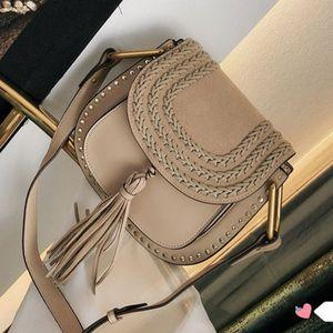 Classic Vintage Woven Saddle Bag Mujeres Bolsos de diseñador Borla Suede Trenzado de piel de vaca Remache Borla Bolsos de hombro Cross body Messenger bag
