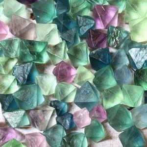 1. Bağ 100 g Doğal sekizgen eşkenar dörtgen florit kuvars taş kristali (: 10--25 mm Boyut) Stone Eskitme