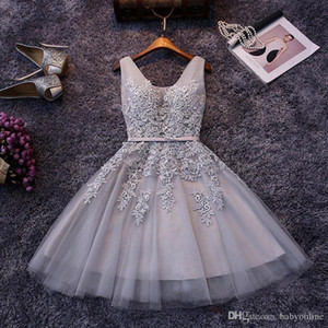 Cheap Grey abiti da cocktail Una linea posteriore Lace-up con scollo a V Appliques increspature di lunghezza del ginocchio Homecoming Prom Gowns CPS341