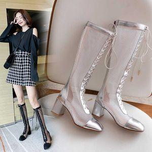 2020 Лето Сандал сапоги Black Suede Mesh ботинка для женщин площади Toe Hollow бинты Низкий каблук сапоги Леди Мода Рим Сандал 31-43