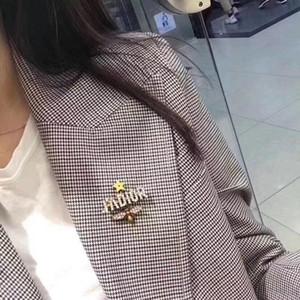 Kadınların doğum günü hediyesi için Paslanmaz çelik D mektup broş farklı bir tarzı var broş ücretsiz gönderim moda seçim