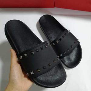 Luxe Styliste femmes Sandales Chaussons Ladies Beach Slipper Tide Homme Rivet Stud Chaussons en cuir antidérapante Mens Spikes Casual Shoes