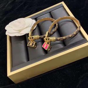 Brown-Schachbrett-Muster-Leder-Armband-Gold-förmigen Metalldekoration Leder Hand Catenary Mode Bracele Für eine Frau eines Mannes