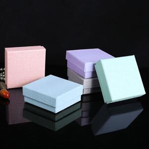 Alta calidad 5 paquetes / lote 8.5x8.5x3.5 cm 5 colores Kraft Paper Craft Jewelry Set de cajas colgante de collar pendiente pendientes cajas de regalo