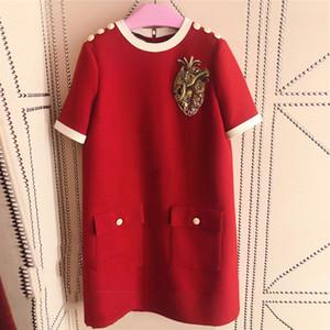 밀라노 런웨이 2019 레드 반팔 어깨 버튼 여성 드레스 디자이너 크리스탈 비즈 편지 스팽글 Vestidos 드 축제 YY-47
