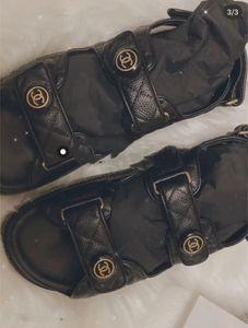 moda de luxo Designer Sliders Womens Verão Sandals Praia Chinelos Ladies flip flops preguiçosos Black White Slides lazer Shoes 2019