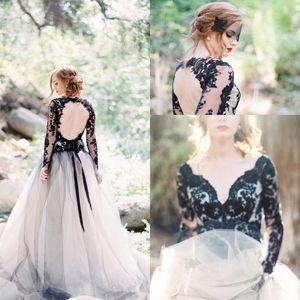 Gothic weiße und schwarze lange Hülsen-Spitze Boho Brautkleider V-Ausschnitt Sheer Tulle Applique Backless Land Braut Brautkleider