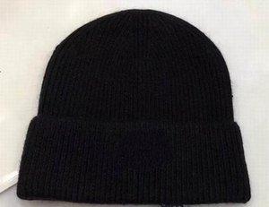 2018 la venta caliente más nueva moda de lujo tejer algodón gorros sombreros bola de pelo suave de alta calidad barato Beanie cap mujeres de los hombres de invierno sombreros calientes