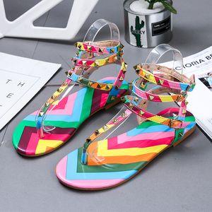 CINESSD PU-Regenbogen-Schuh-Frauen-Sandalen Buckle beiläufigen neuen 2020-Sommer-Schuhe Frauen Bequeme Mode-Strand-Sandelholz-Damen
