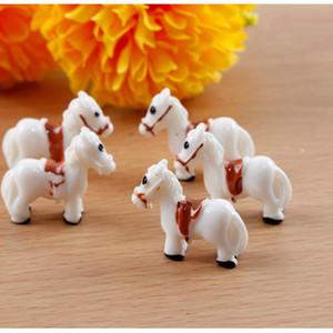 Мини лошадь Белой Красной Смолы Статуэтка Cactus сочной Бонсай Декор Мосс Террариум Workshop Micro Пейзаж Аксессуары Миниатюрный Fairy Garden