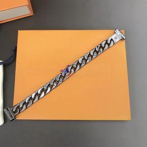 Yeni gelmesi moda stil erkekler Titanyum çelik kazınmış V harfleri gümüş-siyah-renk donanım kalın bilezik ile Gökkuşağı-renk Charm 2054