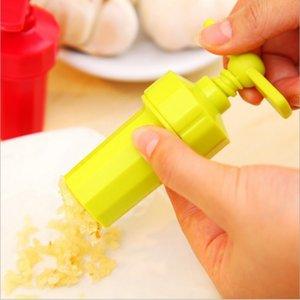 Mutfak Zencefil Sarımsak Manuel Basın twist Kesici Kırıcı Mutfak Aracı Plastik Sarımsak e-paket Blenderler soyucusu (Rastgele Renk) ücretsiz basar