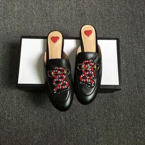 Las mulas de lujo 2019 diseñador de las mujeres del verano del cordón de terciopelo zapatillas Princetown cuero auténtico de los holgazanes pisos con hebilla de abejas serpiente Patrón L05