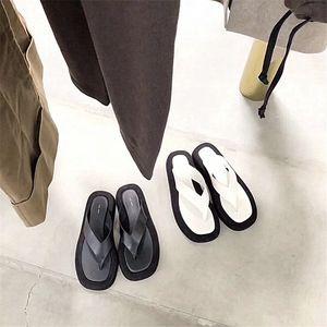 Reihe 2020 neue Sommer Sandalen Frauennetz rot Clip Fuß dicken Boden Flip-Flop Damenmode Abnutzung flachen Boden Strandschuhe