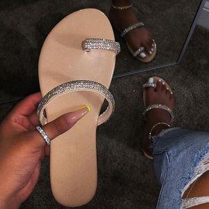 Новый горный хрусталь яркие алмазные тапочки 2019 женская обувь с бриллиантами плоские сандалии на открытом воздухе пляжная обувь дикий один палец флип-флоп