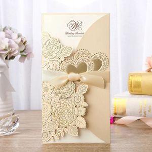 Invitations de mariage coupées au laser, cartes d'invitation d'impression gratuites avec des fleurs de dorure, coeurs, invitations de mariage personnalisées BW-I0044G