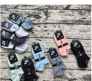 La gota que envía los hombres atléticos calcetines de deporte de baloncesto masculino largo calcetines de algodón de primavera y verano fresco corrientes de las medias para todo el tamaño 20pairs / 40pcs